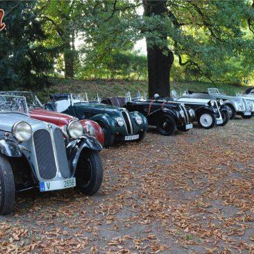 Bavoráků se letos urodila velká síla. Zde hrdá řada BMW, odpatnáctistovky 315/1 přes slavné dvoulitry 319/1, 326, 327 a328 až potyp 335 sobjemem 3,5 litru