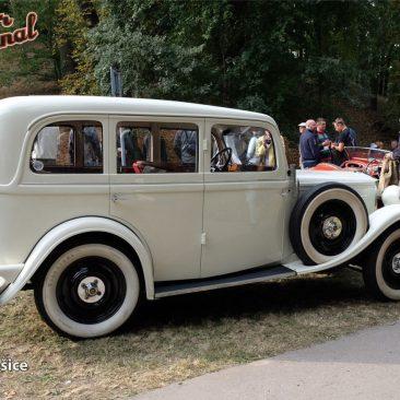 Úhledná limuzína Wikov 35 Jaroslava Waverky je ročníku 1930. Továrna Wikov, stejně jako později Aero, očekávala už tehdy brzký (avládou slíbený) přechod naježdění vpravo, aproto své vozy stavěla slevostranným řízením
