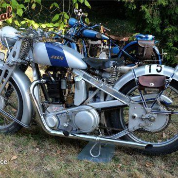 Německá firma Ardie vNorimberku vyráběla velmi zajímavé stroje. Typ SS31 Silberpfeil, kterých byla vyrobena necelá tisícovka, má aluminiový rám aanglický motor J.A.P. 500 OHV. Motocykl Luďka Valenty zVCC Uherské Hradiště je 240. kus, ročník1931