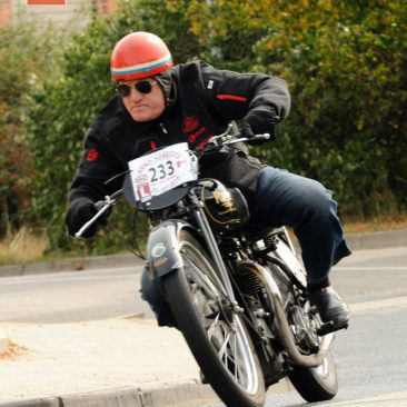 Opravdovým anezničitelným veteránem je mnohonásobný mistr vsilničních závodech adnes neúnavný organizátor slovenské motocyklové scény Peter Baláž zHlohovce. Vloni si sJawou 175 moc rychlosti neužil, tak mu letos Karel Kupka půjčil svou Rudge Ulster