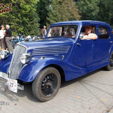 Jirka Mátl se konečně objevil sdlouho slibovaným Renaultem Celtaquatre 1935. Anaštěstí isvelkou plastovkou plnou vody