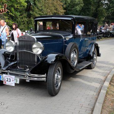 Eduard Treschl ze stejnojmenné renovátorské firmy předvádí svého Chryslera 70 zroku 1930. Vkrálovské modři vypadá vskutku impozantně