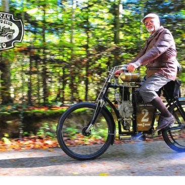 Petr Hošťálek s nejstarším originálním pojízdným motocyklem Laurin & Klement z roku 1901